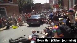 Trenutak kada auto udara u okupljnene građane