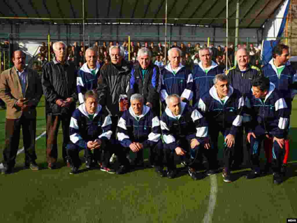 حجازی به همراه اعضای تیم فوتبال پیشکسوتان ایران . ۲۶ ژانویه ۲۰۰۹