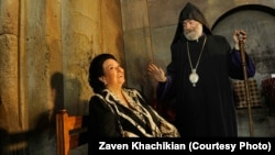 Монтсеррат Кабальє і архиєпископ Нагірного Карабаху Парґев Мартіросян у монастирі Ґандзасар у Нагірному Карабаху, 5 червня 2013 року, фото: Завен Хачикян