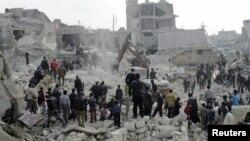 Сириялықтар әуе шабуылынан қираған үйінді астынан тірі қалғандарды іздестіріп жатыр. Алеппо, 19 ақпан 2013 жыл.