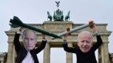 Activiști pentru pace cu măștile președinților Vladimir Putin și Joe Biden, la Berlin