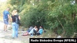 Pamje e imigrantëve në Maqedoni afër kufirit me Serbinë
