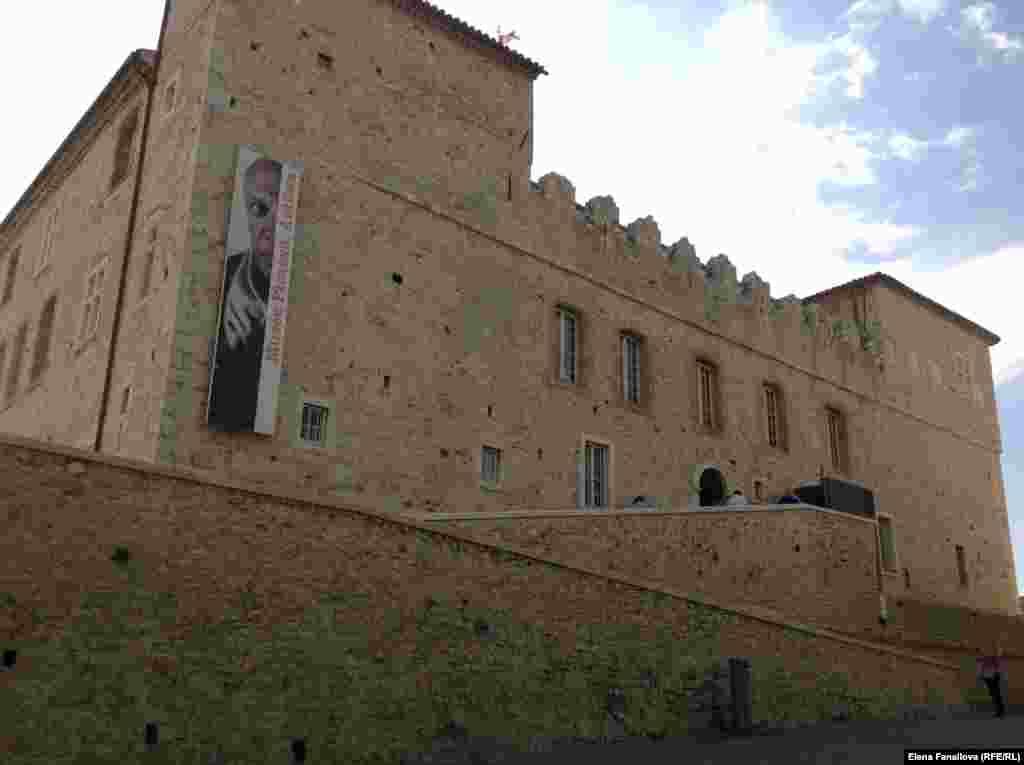 Вид на музей Пикассо, он же замок Гримальди, с набережной. Здесь художник работал в 1946 году, написал 23 картины и 46 рисунков, оставил в дар городу.