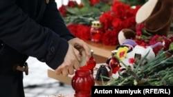 Цветы и свечи в память о погибших в авиакатастрофе в Ростове-на-Дону