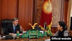Президент Алмазбек Атамбаев менен экс-прокурор Аида Салянова.