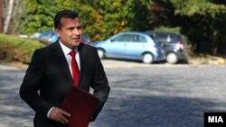 Архивска фотографија- Лидерот на СДСМ Зоран Заев му го доставува на претседателот Ѓорге Иванов потписите од 67-те пратеници