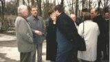 Васіль Быкаў (крайні зьлева) у Празе. 25 сакавіка 2000