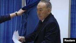 Нұрсұлтан Назарбаев парламент мәжілісі мен мәслихат сайлауына дауыс беретін кабинадан шығып келеді. Астана, 20 наурыз 2016 жыл.