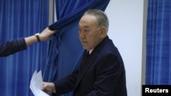 Президент Казахстана Нурсултан Назарбаев выходит из кабинки для голосования на выборах в парламент и маслихаты. Астана, 20 марта 2016 года.