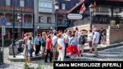 უცხოელი ტურისტები ძველ თბილისში