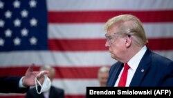 Donald Tramp tokom posjete fabrici Honeywell International Inc. koja proizvodi N95 maske, Arizona, 5 maj 2020.