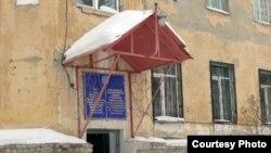 Вход в здание больницы скорой медицинской помощи Усть-Каменогорска. 17 января 2013 года.
