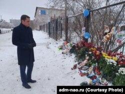 Губернатор НАО Александр Цыбульский принес цветы к детскому саду и пообщался с руководством учреждения