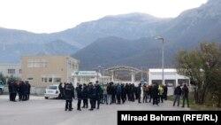 Policija i građani ispred Uborka, Mostar