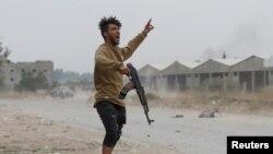 Боец, выступающий на стороне Правительства национального согласия (ПНС), во время столкновений вблизи Триполи. 21 мая 2019 года.