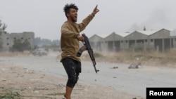 Боєць Уряду національної згоди Лівії, що підтримується ООН, під час зіткнення з силами Халіфи Хафтара на околиці Тріполі