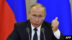 ولادیمیر پوتین، جنجالها درباره «درز اطلاعات محرمانه» از جانب دونالد ترامپ به سرگی لاوروف را «شیزوفرنی سیاسی» توصیف کرد.