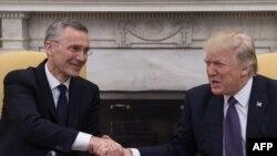 Прэзыдэнт ЗША Дональд Трамп (справа) і Генэральны сакратар НАТО Енс Столтэнбэрг.