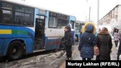 Пассажирские автобусы на остановке в Алматы. Иллюстративное фото.