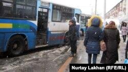 Аялдамада тұрған автобустар. (Көрнекі сурет)