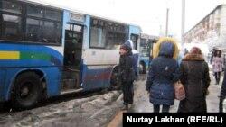 Аялдамада тұрған автобус. (Көрнекі сурет)
