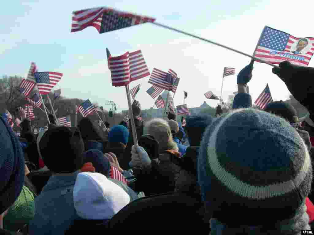 Президенттин ант берүү салтанатына күбө болуп эки миллиондой адам катышканы айтылууда. - U.S--Washington, D.C. - JANUARY 20: People wave flags during the inauguration of Barack Obama as the 44th President of the United States of America on the National Mall January 20, 2009 in Washington, DC obama20