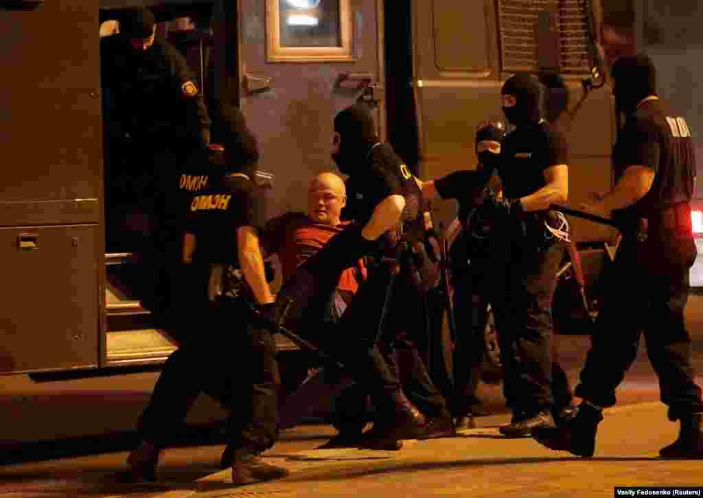 На проспекте Машерова светошумовая граната попала в грудь демонстранту Роману Зайцеву, его забрала «скорая». Был избит фотограф Associated Press Мстислав Чернов: его также увезли в больницу