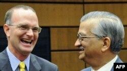 آقای شولتی (چپ) می گوید که می خواهیم با ایران همکاری کنیم ولی تصمیم این کار با رهبران ایران است.(عکس: AFP)
