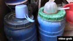 Вода в пластиковых емкостях в квартире, где живет Бахтыгуль Асылбекова с детьми. Астана, 7 января 2017 года.