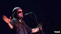 """Лидер группы """"Аквариум"""" музыкант Борис Гребенщиков во время концерта в Москве."""