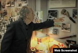 Инженер Аркадий Пекелис показывает в музее «Крымтроллейбуса» крепление токоприемника, в изготовлении которого принимал участие. Скриншот видео youtube Krymtrolleybus