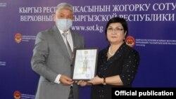 Председатель Верховного суда Нургуль Бакирова и председатель Чуйского областного суда Дамирбек Онолбеков. Архивное фото.