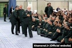 حسین همدانی (ایستاده در جلو) فرمانده کشتهشده سپاه در سوریه