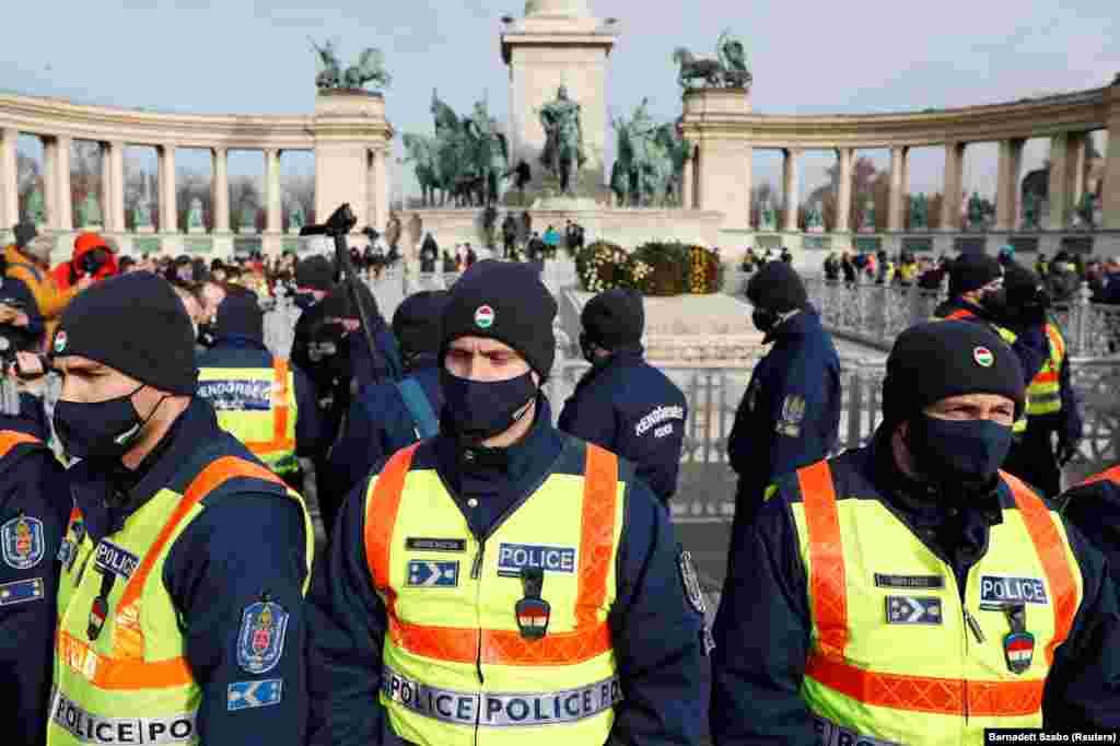 Rendőrök állnak sorfalat a Hősök terén, ahol január 31-én tüntettek a vendéglátósok, hogy felhívják a figyelmet a járvány miatti korlátozások gazdasági hatásaira.