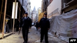 Turkey -- Police patrol outside Istanbul's Neve Shalom synagogue, 11Oct2004
