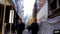 Turkish police patrol outside Istanbul's Neve Shalom synagogue after its reopening in October 2004.
