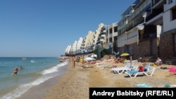 Пляж в Крыму недалеко от Севастополя
