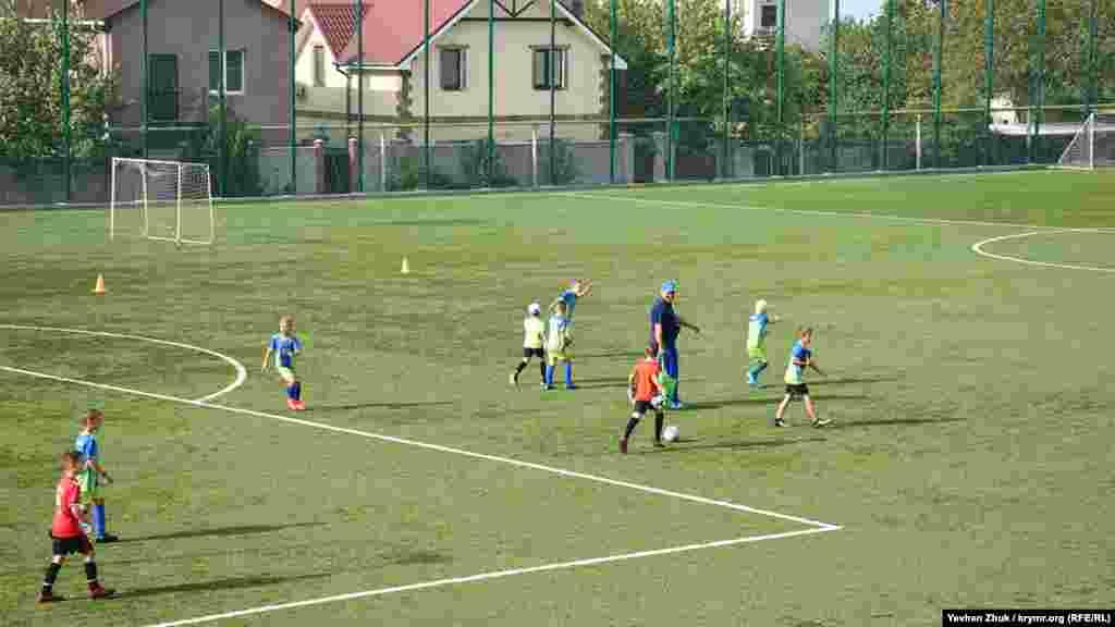 Через дыру в бруствере видно футбольное поле спортивной школы №8
