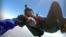 Прыжок с неба начинается с тщательной подготовки на земле. Парашютисты-спортсмены собирают парашюты для тех, кто летает впервые.