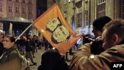 Демонстранти в Будапешті тримають прапор із зображенням російського і угорського лідерів (архівне фото)