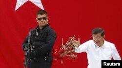Ахмед Давутоглы Стамбулда эл алдына чыккан кез. 3-июнь, 2015-жыл.