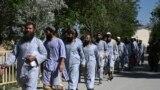 Декотрі зі 100 ув'язнених талібів, яких звільнили із в'язниці в місті Баграмі, що на північ від Кабула. Звільнення відбулося 25 травня на тлі триденного припинення вогню до свята Рамазан-Байрам, яким закінчується мусульманський священний місяць посту Рамадан. Афганські урядовці закликали талібів продовжити термін дії припинення вогню