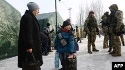Місцеві жителі та військові біля пунктів обігріву в Авдіївці, 1 лютого 2017 року