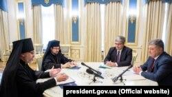 Президент України Петро Порошенко (праворуч) під час переговорів з екзархами Вселенського патріархату в Києві 16 жовтня 2018 року