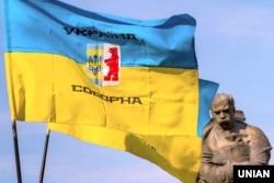Флаги у памятника Тарасу Шевченко во время Марша национального единства ко Дню защитника Украины. Ужгород, 14 октября 2017 года
