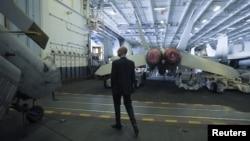Арсеній Яценюк на борту атомного авіаносця США Harry S. Truman у Середземному морі, 3 грудня 2015 року