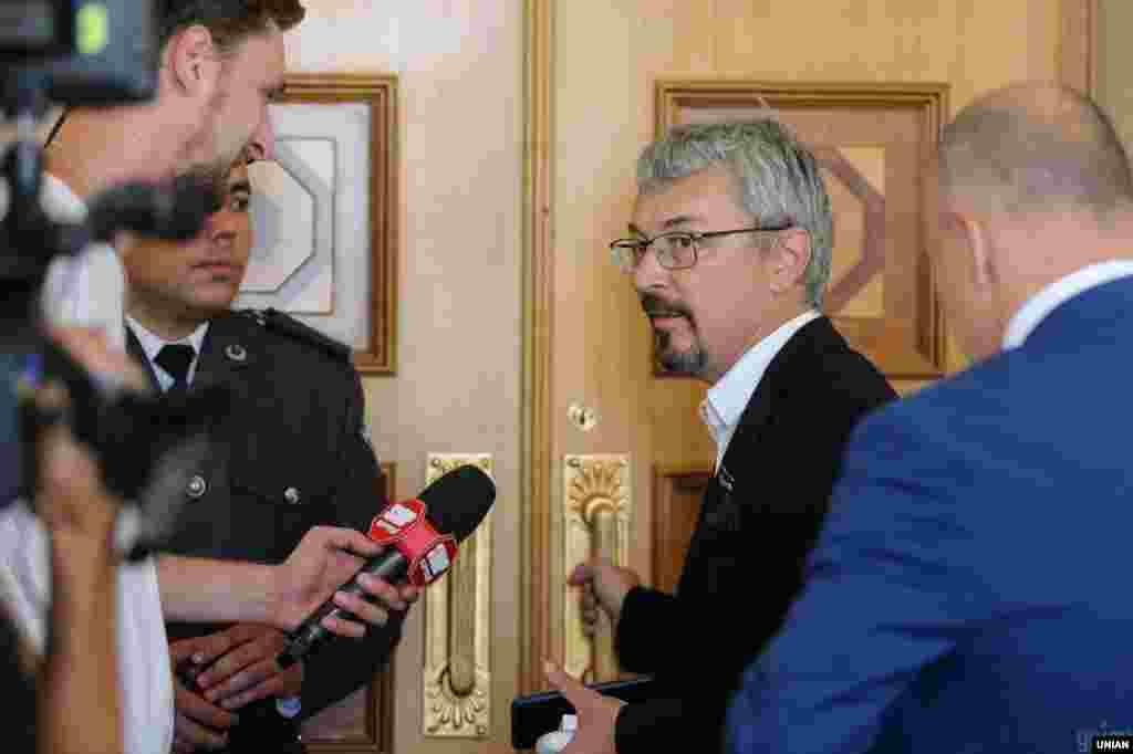 Народний депутат Олександр Ткаченко відповідає на запитання журналістів у кулуарах Верховної Ради