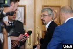 Олександр Ткаченко відповідає на запитання журналістів у парламенті