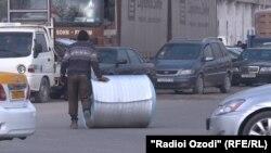Назди яке аз бозорҳои фуруши маҳсулоти сохтмонӣ дар Душанбе