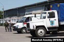 На переднем плане — полицейская машина, в которой возят арестантов. Алматы, 29 мая 2013 года.